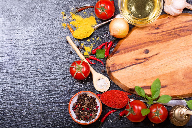 Matingredienser för att laga mat med det tomma brädet royaltyfri foto