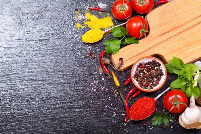 Matingredienser för att laga mat med det tomma brädet arkivfoto