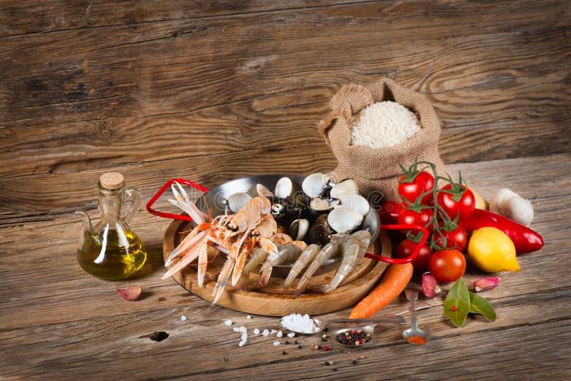 Matingredienser för en typisk paella från Spanien royaltyfri fotografi