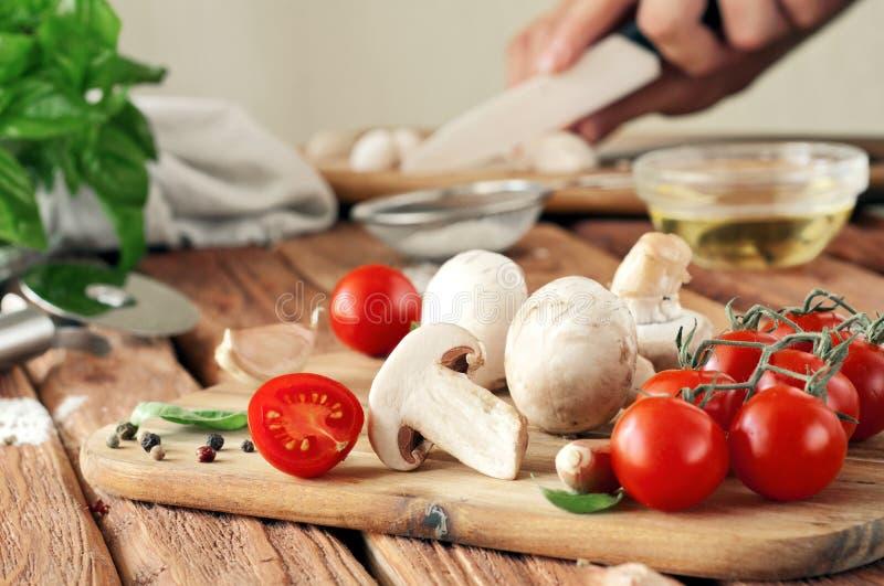 Matingredienser för pizza eller spagetti royaltyfri foto