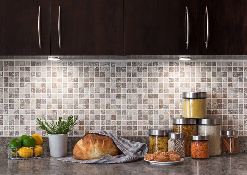 Matingredienser i ett kök med hemtrevlig belysning arkivfoto