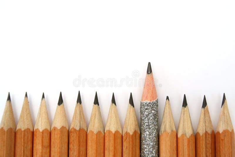 Matita celebratoria fra le matite usuali dalla parte inferiore fotografia stock libera da diritti