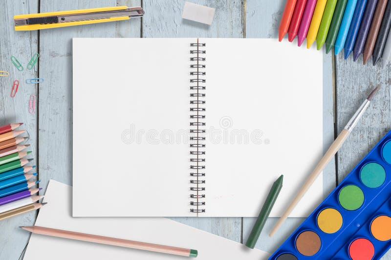 Matita di colore e della carta in bianco, pastelli, tavolozza della pittura dell'acquerello della penna di colore sulla tavola di fotografia stock libera da diritti