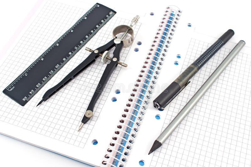 Matita, penna, bussola di disegno, righello sul taccuino fotografie stock