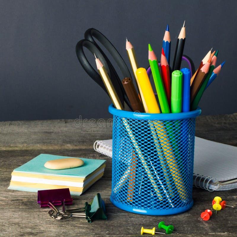 Matita-scatola ed attrezzatura di scuola sulla tavola Di nuovo al banco fotografia stock libera da diritti