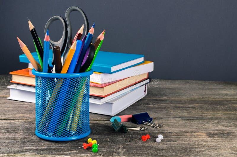 Matita-scatola ed attrezzatura di scuola sulla tavola Di nuovo al banco fotografia stock