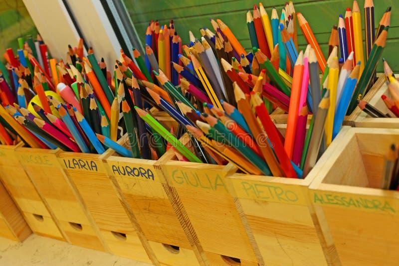 Matite colorate con i nomi dei bambini del cla della scuola immagine stock