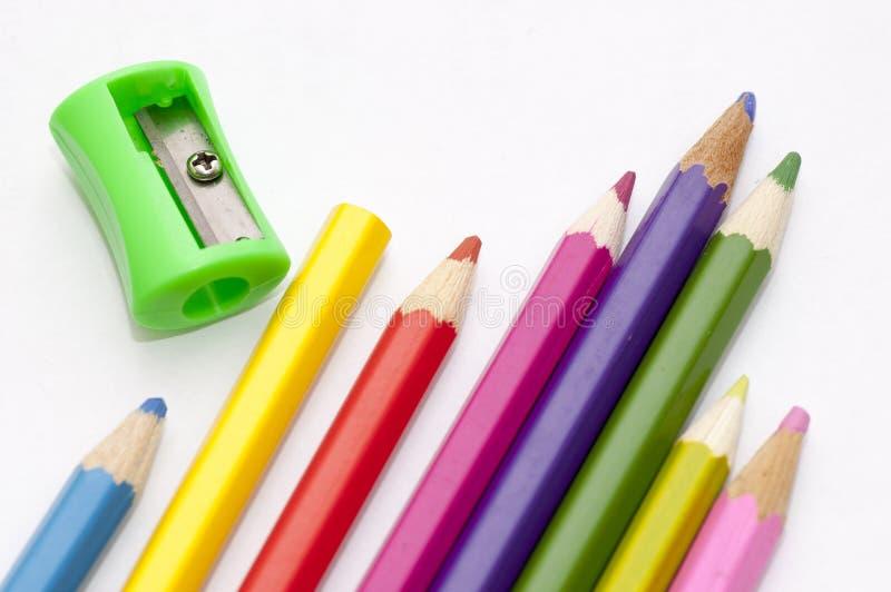 Matite colorate luminose e un'affilatrice immagini stock libere da diritti