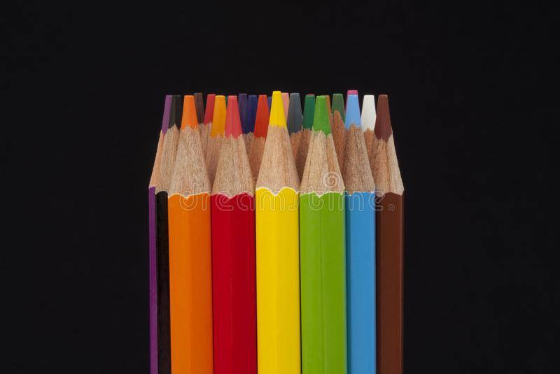 Matite colorate sul nero immagine stock libera da diritti