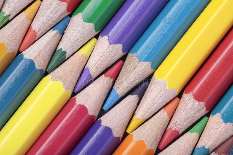 Matite colorate in una composizione diagonale immagini stock libere da diritti