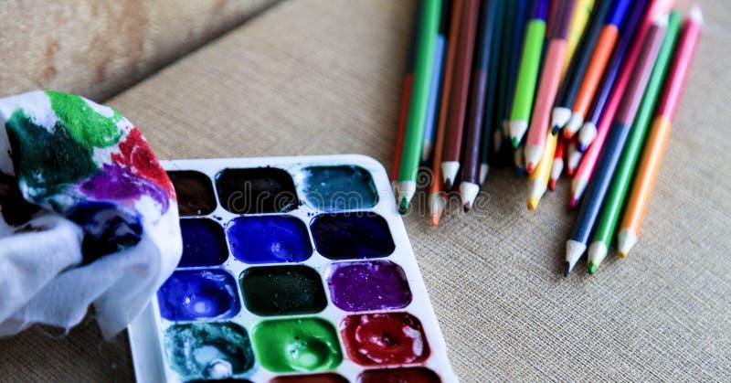 Matite dell'acquerello e pitture colorate dell'acquerello creatività e disegno fotografia stock libera da diritti