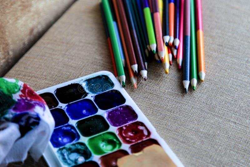 Matite dell'acquerello e pitture colorate dell'acquerello creatività e disegno immagine stock libera da diritti