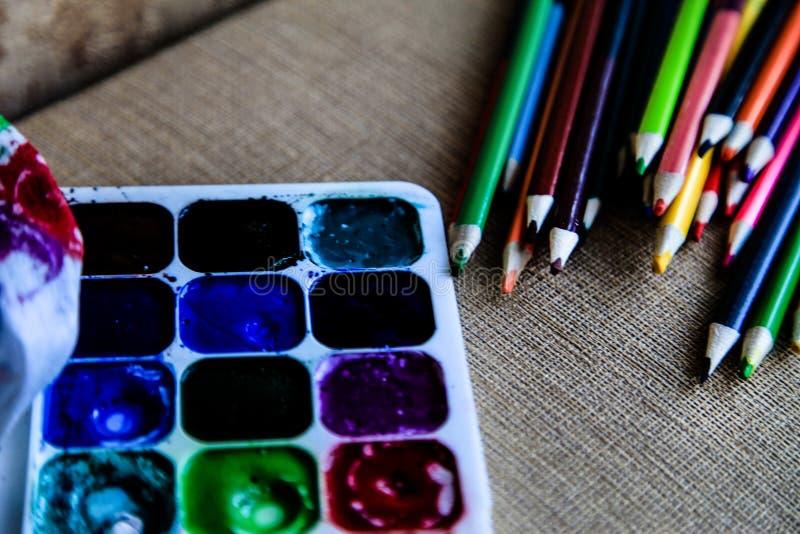 Matite dell'acquerello e pitture colorate dell'acquerello creatività e disegno fotografie stock