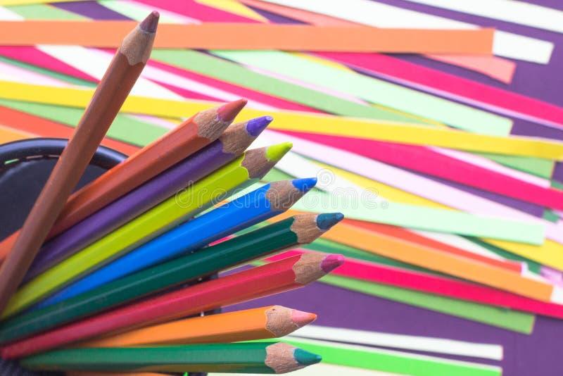 Matite di colore su un fondo luminoso fotografie stock libere da diritti