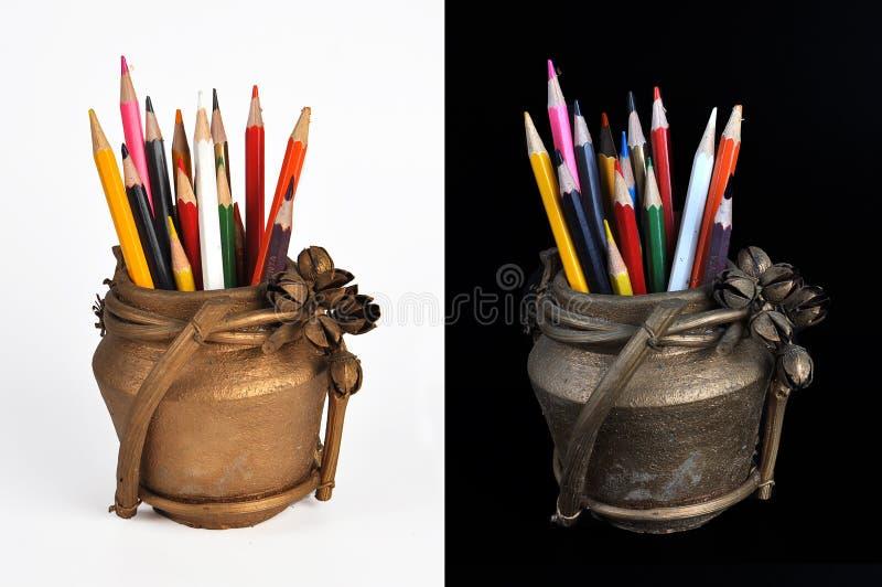 Matite di colore in un barattolo immagini stock