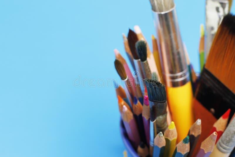 Matite e pennello di colore immagini stock