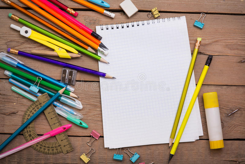 Matite e studente delle penne con un taccuino fotografia stock