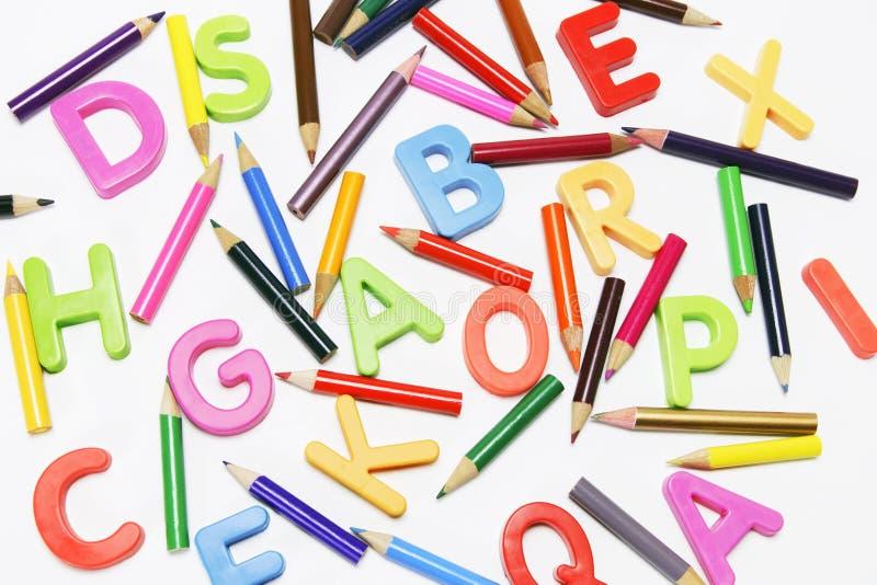 Matite ed alfabeti di colore immagini stock