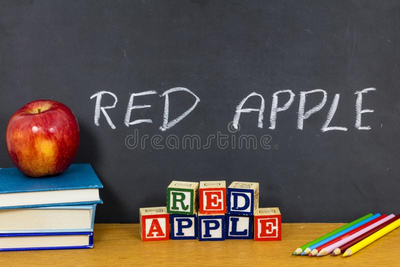 Matite favorite dell'aula della scuola dello studente dell'insegnante rosso della mela immagini stock