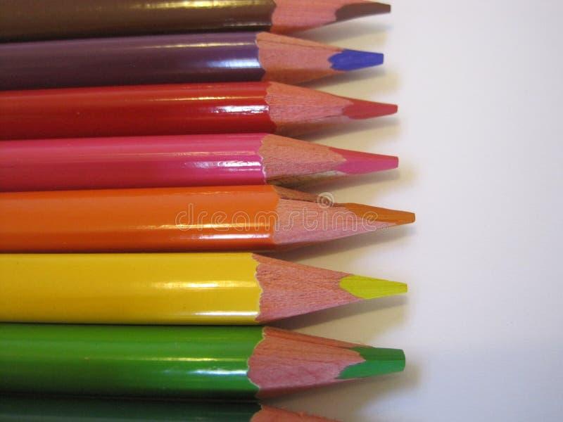 Matite multicolori su un Libro Bianco fotografia stock libera da diritti