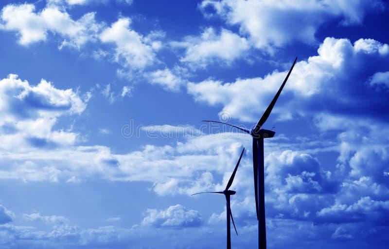 Matiz do azul das turbinas de vento fotografia de stock royalty free