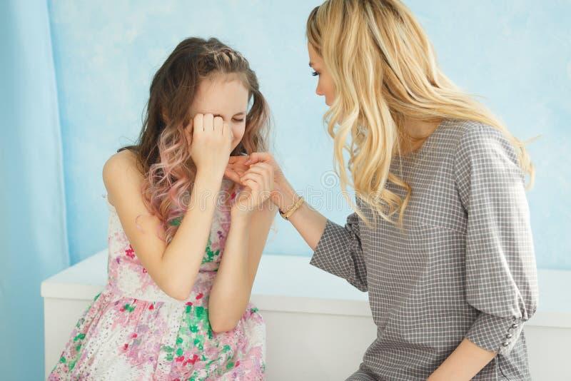 Matka łaja jej córki w domu Dziewczyna zakrywał jej twarz z ona ręki i obniża jej głowa zdjęcia royalty free