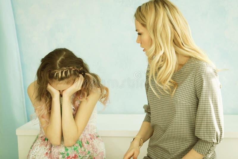 Matka łaja jej córki w domu Dziewczyna zakrywał jej twarz z ona ręki i obniża jej głowa zdjęcie royalty free
