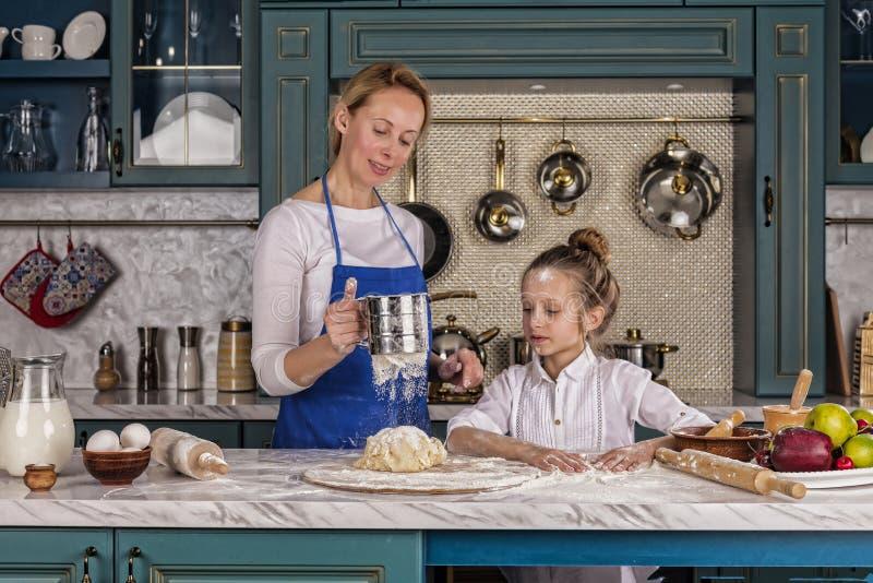 Matka, córka, dziewczyna, przygotowywa piekarnię, Domowy kucharstwo zdjęcie royalty free