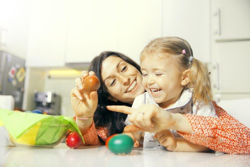 Matka, córka i Easter jajka obrazy stock