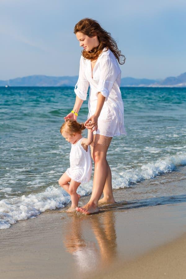 matka, córka na plaży fotografia stock