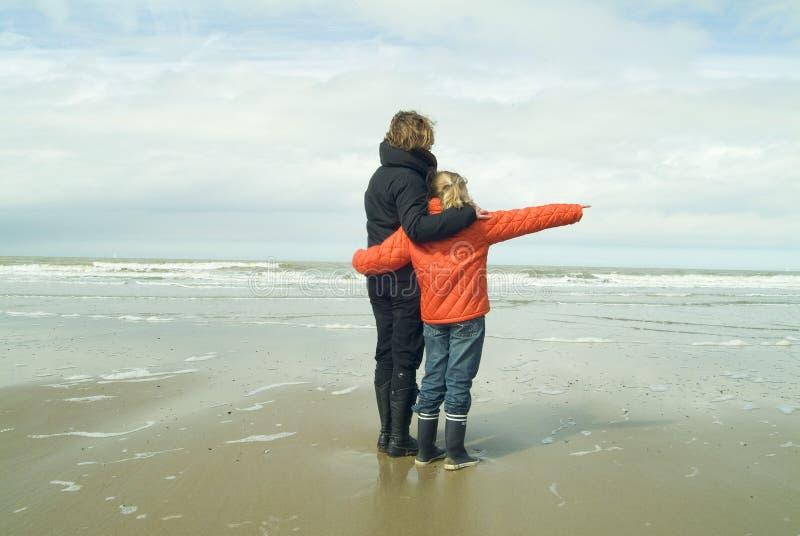 matka córki plażowa obrazy stock