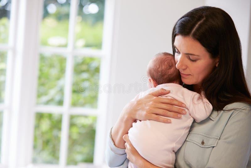 Matka Cuddling Nowonarodzonego dziecka W Domu W Domu obrazy royalty free