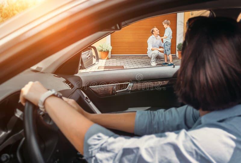 Matka czeka jej syna w samochodzie zdjęcie royalty free
