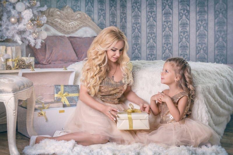 Matka daje Bożenarodzeniowemu prezentowi jej córka zdjęcie stock