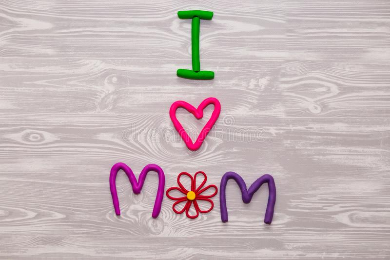 Matka dnia kartka z pozdrowieniami z plastelina teksta szablonem Zabawa żartuje handmade rzemiosło teraźniejszego dla mamy Dla pl fotografia royalty free