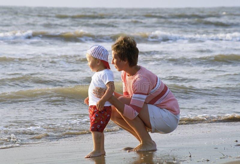 matka dziecka plażowa fotografia stock