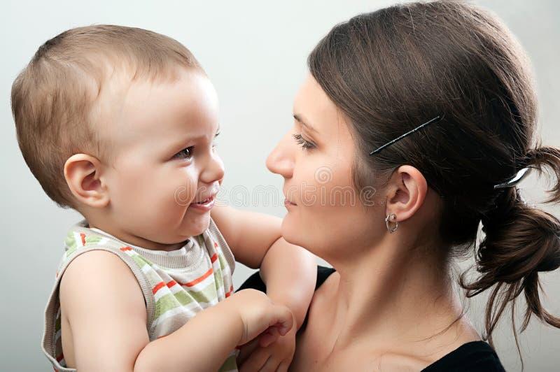Matka i berbeć na bielu zdjęcia royalty free