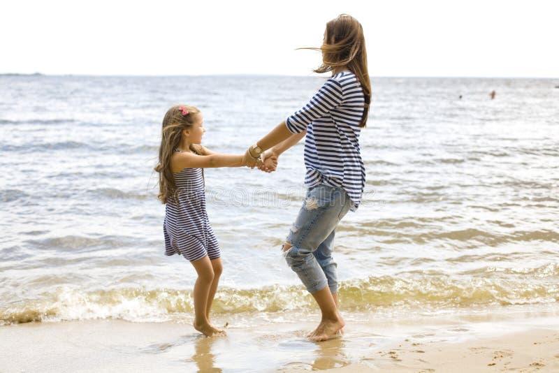 Matka i córka bawić się na plaży obrazy stock