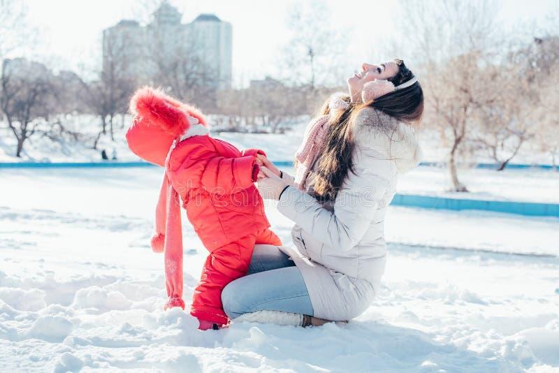 Matka i córka bawić się na zima parku fotografia stock