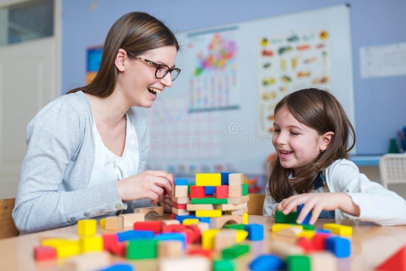 Matka i córka Bawić się Wraz z kolorowymi budynek zabawki blokami zdjęcia stock
