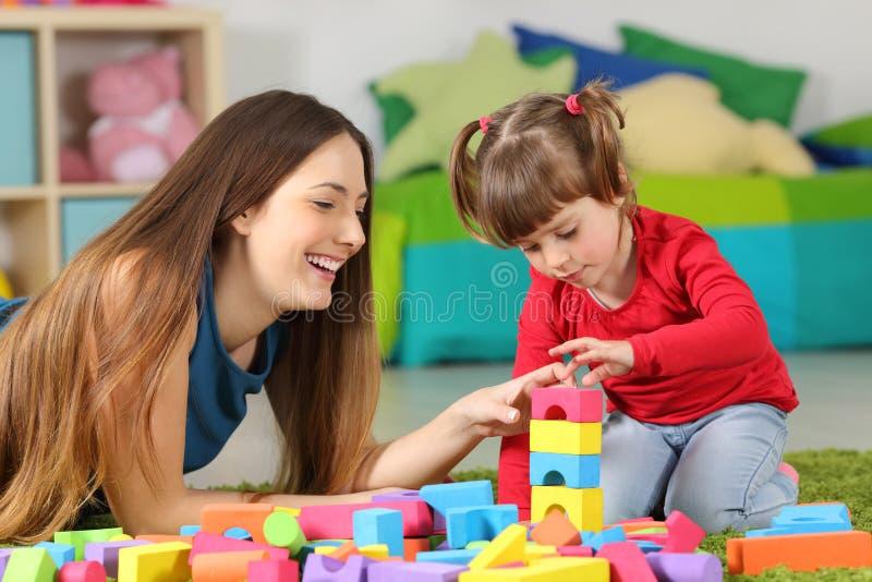 Matka i córka bawić się z budów zabawkami obraz stock