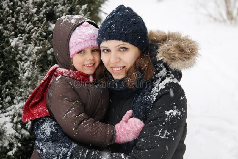 Matka i córka cieszy się śnieżną pogodę zdjęcie royalty free