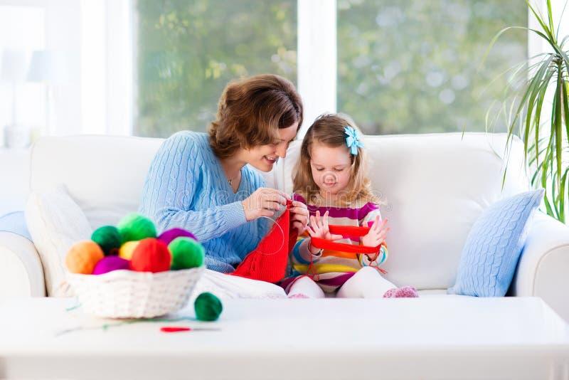Matka i córka dzia woolen szalika zdjęcie stock