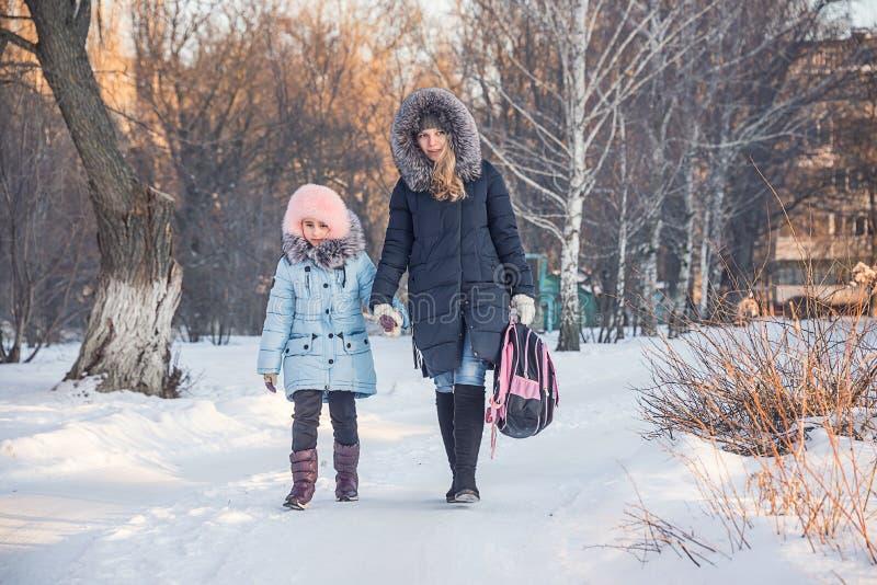 Matka i córka iść od szkoły obrazy stock