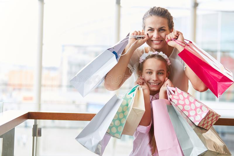 Matka i córka jako konsumenci fotografia royalty free