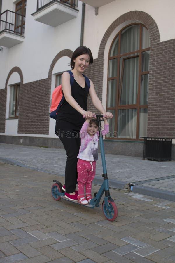 Matka i córka jedziemy na hulajnoga w mieście fotografia royalty free