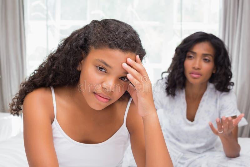 Matka i córka ma argument na łóżku zdjęcia stock