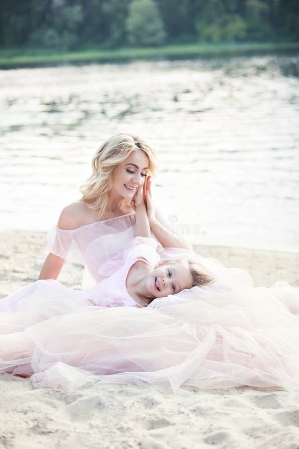 Matka i córka ma czułych momenty plenerowych Mum cieszy się czas z jej dzieciakiem w urlopowym wakacje Rodzinny styl życia, podró zdjęcia royalty free