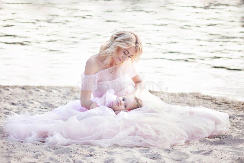 Matka i córka ma czułych momenty plenerowych Mum cieszy się czas z jej dzieciakiem w urlopowym wakacje Rodzinny styl życia, podró obrazy royalty free