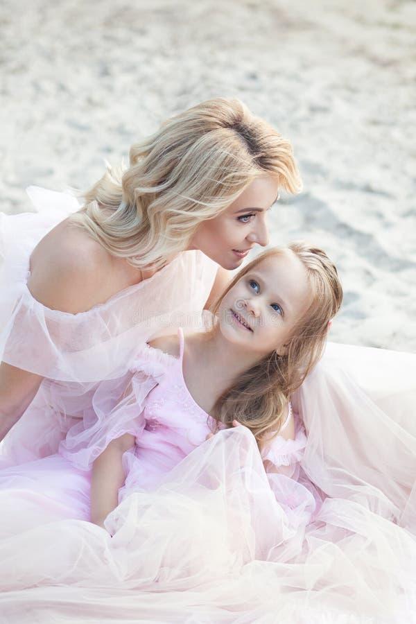 Matka i córka ma czułych momenty plenerowych Mum cieszy się czas z jej dzieciakiem w urlopowym wakacje Rodzinny styl życia, podró fotografia royalty free